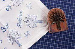 Verarbeitung von altem handgewebten Leinen