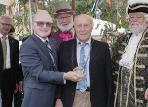 Schirmherr Siegfried Schrempf – Ehrenvizepräsident der Handwerkskammer Düsseldorf verleiht die Leopold-Wahlefeld-Plakette an Herrn Harald Fiedler